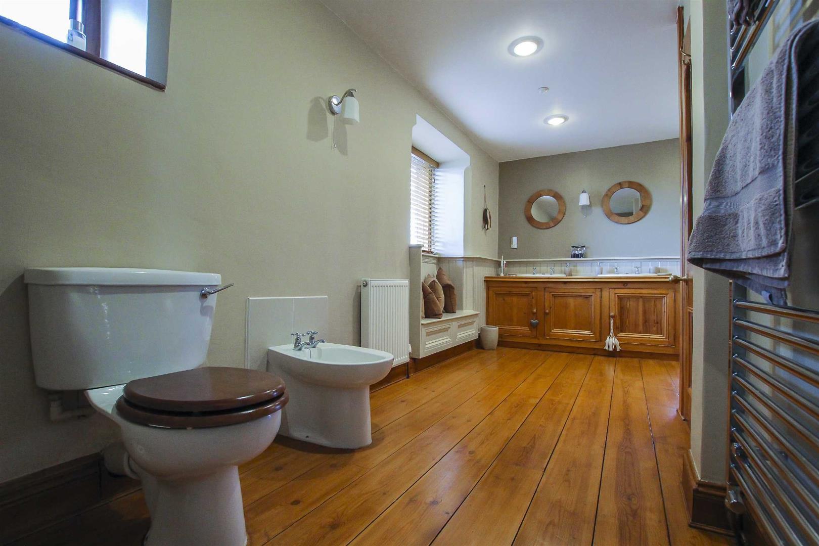 5 Bedroom Barn Conversion For Sale - p026519_17.jpg